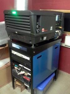 Projecteur numérique de marque Barco, modèle DP2K-20C (partie haute). Le serveur est dans la partie basse.